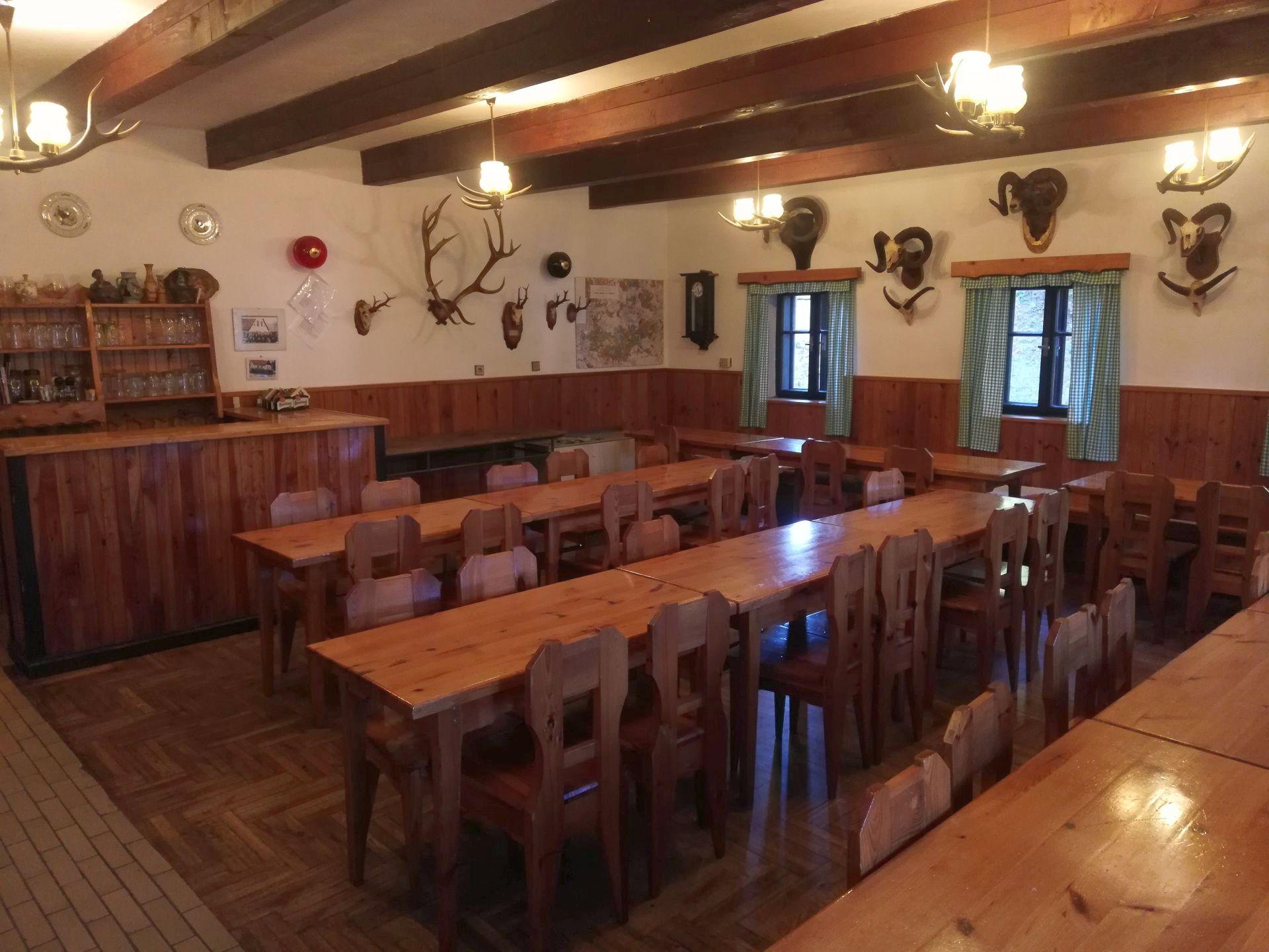 <h2>Myslivecký spolek Smržovka</h2><p>Využijte salónek s 50 místy a plně vybavenou kuchyní pro svatbu, oslavu narozenin a posezení s přáteli...</p><a href=\'ubytovani/\' class=\'btn\'>Ubytování</a>